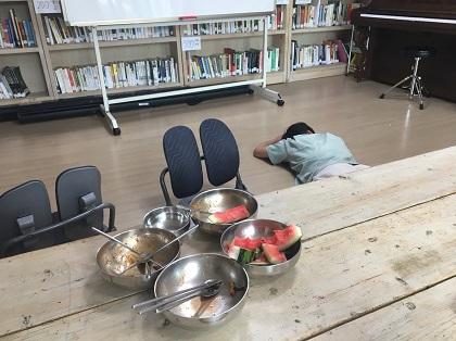 30일 점심식사 그릇 몰아주기 당한 연수.JPG