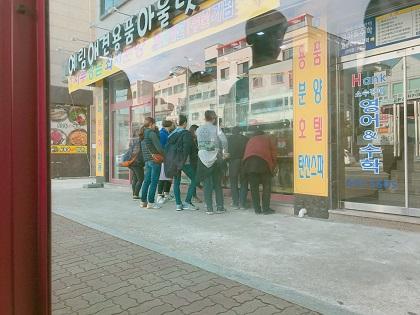 2. 버스 기다리는 중.JPG